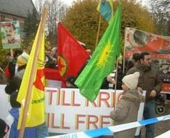 PKK'lı kalabalık Erdoğan için iğrenç pankartlar açtı.13506