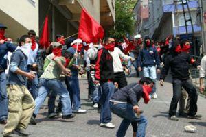 Şırnak'ta göstericiler polise taşla saldırdı.18926