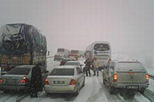 Bolu Dağı'nda kar yağışı trafiği ekliyor.9477