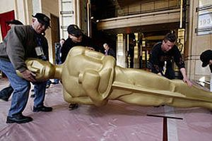 Oscar heykelleri sergileniyor.17448