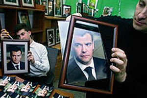 Dmitriy Medvedev'in portrelerinin yok satıyor.16614