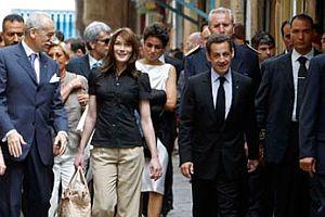 Sarkozy'nin eşi başını örttü.17697
