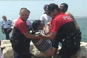 Özürlü vatandaş aracı ile denize atladı.12334