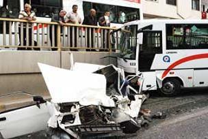 Otobüs, otomobili ezdi: 10 yaralı.17440
