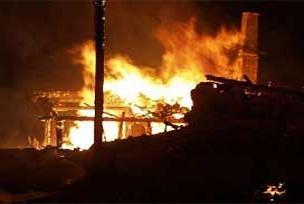 Üç katlı ahşap bina alev alev yandı.8805