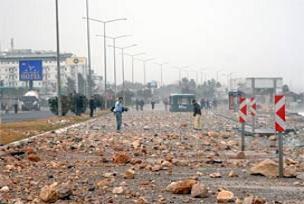 Antala'da fırtına yola taş savurdu.13903