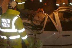 Eyüp'te kamyonet ağaca çarptı.11178