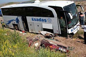 Otomobil, otobüsün altına girdi: 3 ölü, 1 yaralı FOTO.22695