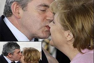 İngiltere Başbakanı Brown'dan samimi öpücük.12428